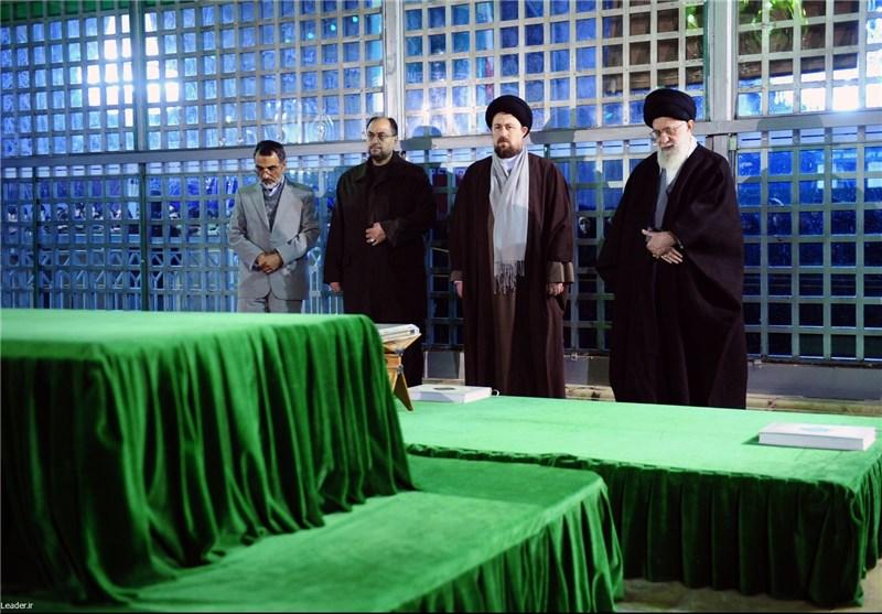 رهبر معظم انقلاب در مرقد مطهر امام (ره) حضور یافتند