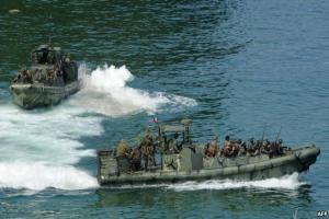 سپاه ۱۰ تفنگدار بازداشت شده آمریکایی را در آب های بین المللی خلیج فارس رها کرد