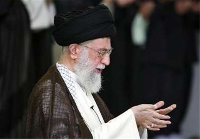 امام خامنهای بر پیکر مطهر آیتالله واعظطبسی نماز میخوانند