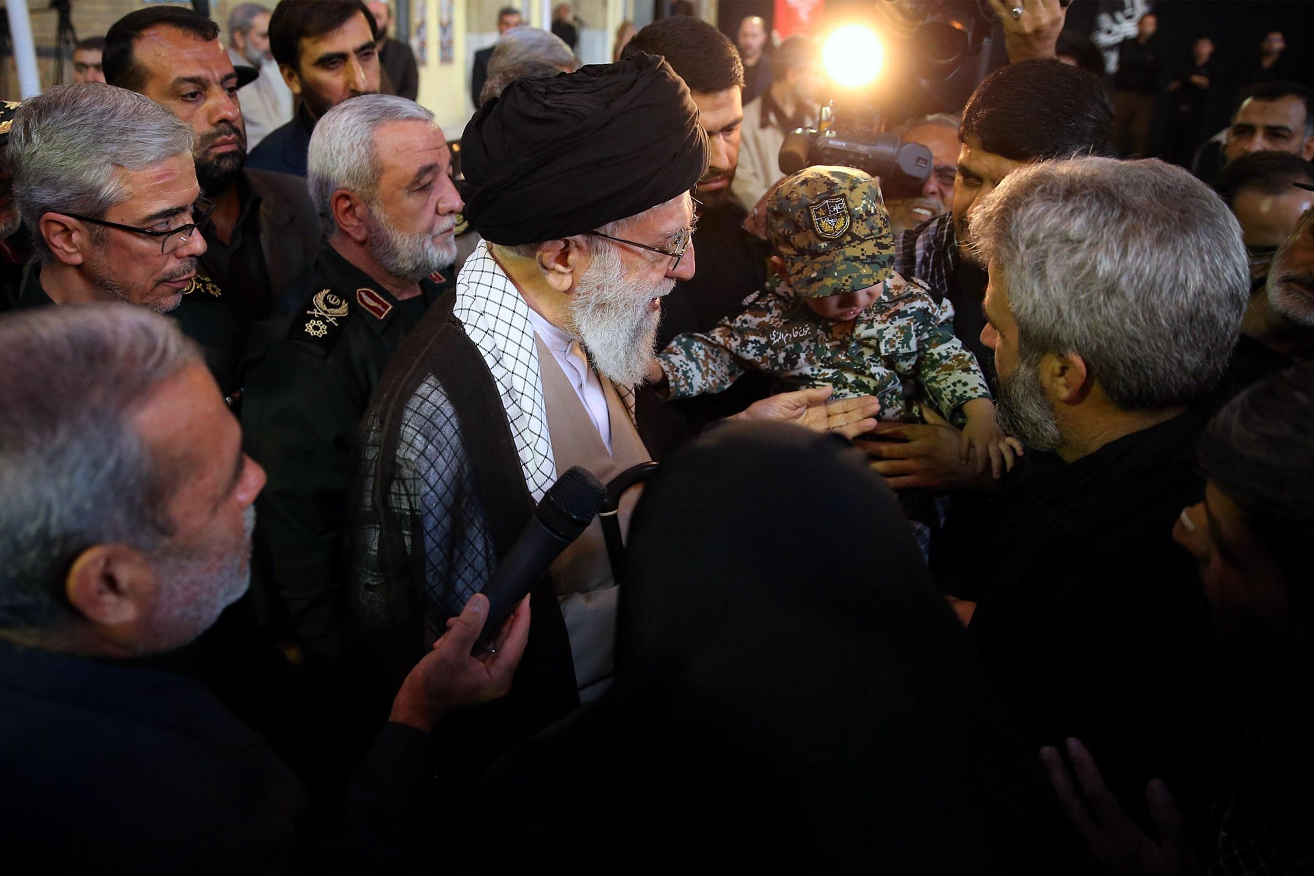حضور امام خامنهای کنار پیکر مطهر شهید حججی