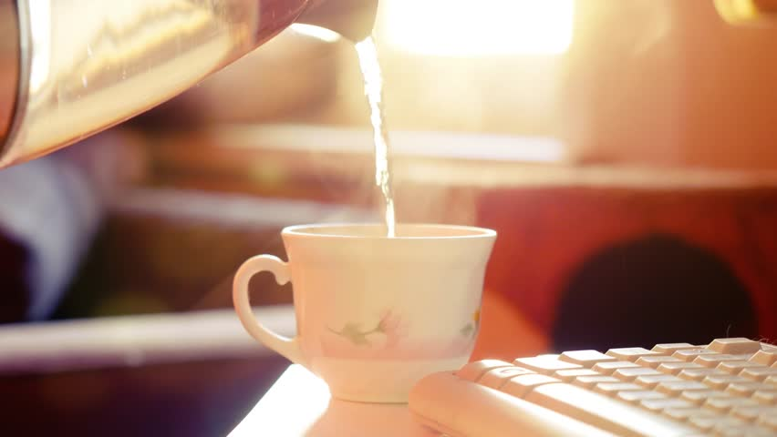 ۷ فایدهی نوشیدن آب گرم
